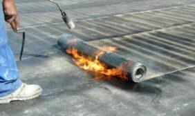 Dakdekker Breda verhit de bitumen om deze aan het dak te bevestigen
