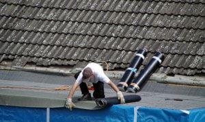 Dakdekker Breda snijdt eerst de dakbedekking op maat