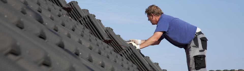 dakdekker op een pannendak